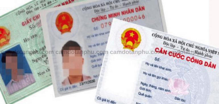 Cầm giấy chứng minh nhân dân
